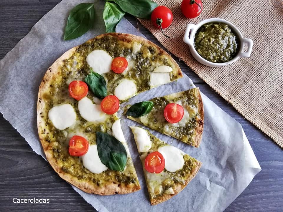 Pizza de mozzarella y pesto saludable