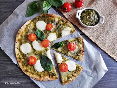 Pizza de mozzarella y pesto saludable