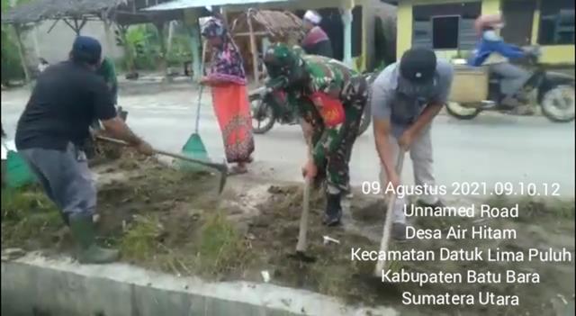 Bersihkan Badan Jalan Dan Parit Dilakukan Personel Jajaran Kodim 0208/Asahan Bersama Warga Masyarakat