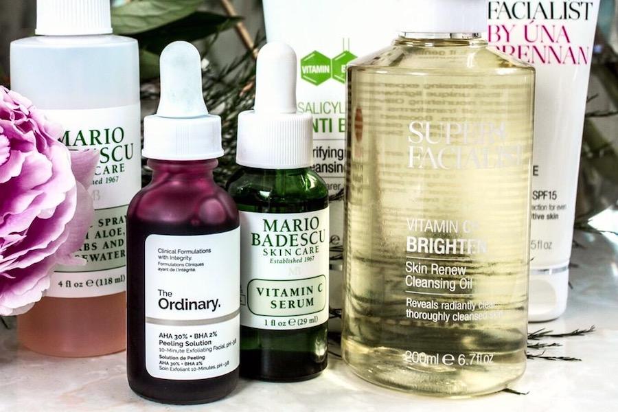 Fläschchen mit Wirkstoff-Kosmetik von Mario Badescu, The Ordinary und andere