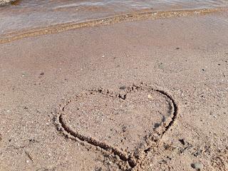 Сердце на песке и морская волна