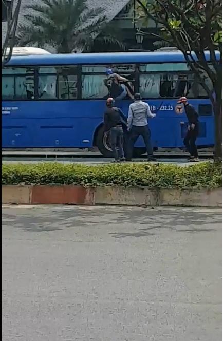 Chưa rõ nguyên nhân xe buýt 08 bị 1 nhóm thanh niên cầm mã tấu chặt c.hém nát một bên xe