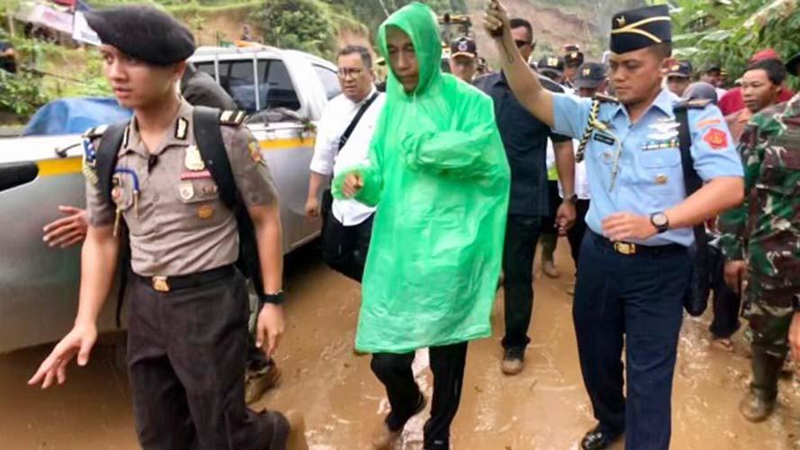 Jokowi pakai jas hujan plastik