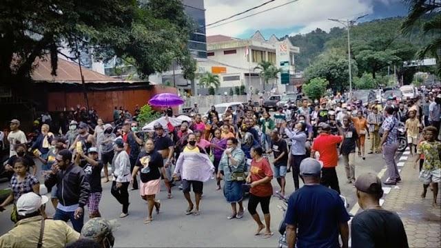Ratusan warga Papua di Manokwari mengarak peti jenazah korban penikaman