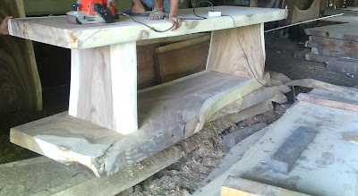 Proses pengerjaan pembuatan meja trembesi