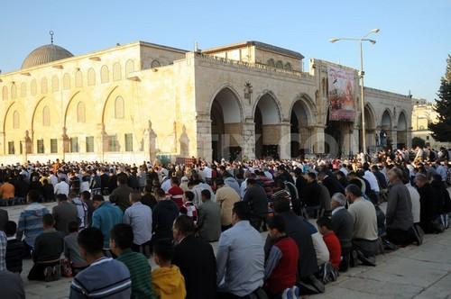 Muslim Yerusalem Shalat di Luar Rumah Selama Ramadhan