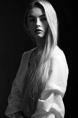 Foto model cantik dan mansi dengan teknik Storbis Side Light