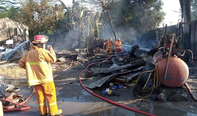 Diduga akibat Membakar Ban Bekas, Empat Bangunan Kios Hangus Terbakar