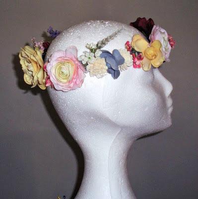 Corona flores colores boda novia invitada