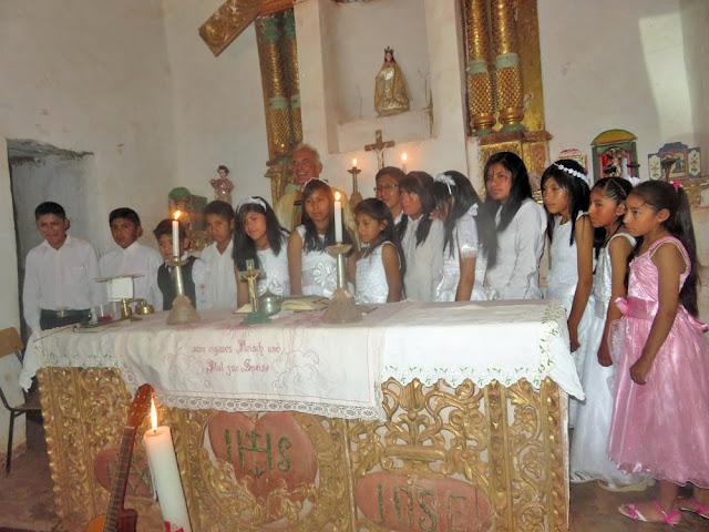 Gruppenbild mit den Kommunionkindern in Mojinete Bolivien