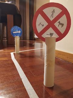 sinais de trânsito, desenhados por crianças, pousados no chão para brincar