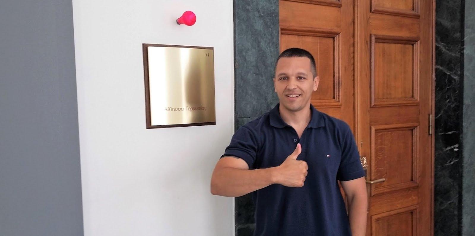 Ο Κασιδιάρης φωτογραφίζεται με κόκκινο λαμπάκι μέσα στη Βουλή