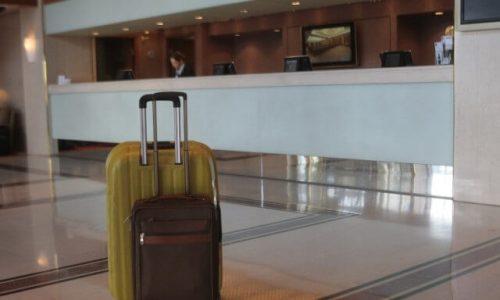 Τα δόντια της έχει δείξει η πανδημία στον τουριστικό τομέα με σημαντικές επιπτώσεις στα ξενοδοχεία, καταγράφοντας μεγάλες απώλειες εσόδων. Παράγοντες του κλάδου να κάνουν λόγο για ανάγκη ενίσχυσης ρευστότητας ως προϋπόθεση για να παραμείνει ισχυρός. Σύμφωνα με έρευνα του ΙΤΕΠ για τις επιπτώσεις της πανδημίας του Covid-19 στα ελληνικά ξενοδοχεία μόνο 1 από τα 5 ξενοδοχεία συνεχούς λειτουργίας κατάφεραν να μείνουν ανοιχτά φέτος σε σχέση με αυτά που λειτουργούσαν την ίδια περίοδο του 2019. Η μέση πληρότητα Ιουλίου-Σεπτεμβρίου στο σύνολο του ξενοδοχειακού δυναμικού περιορίστηκε στο 23,1%, ενώ ο τζίρος των ξενοδοχείων το 2020 μειώθηκε κατά 78% σε σχέση με το 2019.