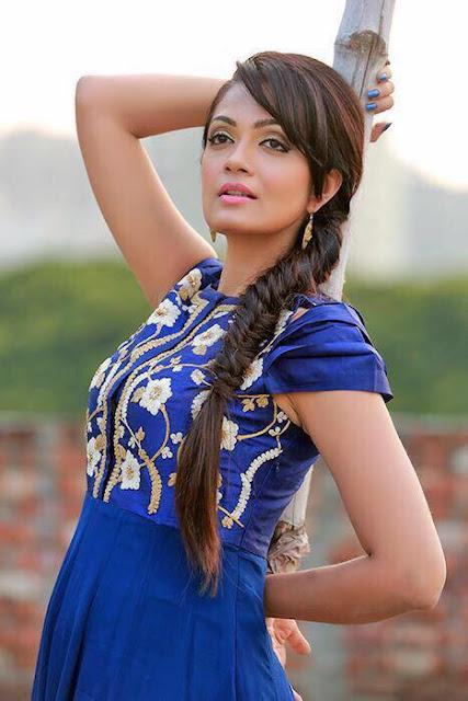Sheena Chohan Romantic Photos