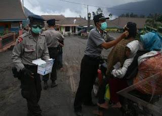 Tidak hanya pedagang dan warga sekitar masker juga di berikan kepada wisatawan yang terlanjur berkunjung ke wisata gunung bromo