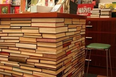 34. (Kitchen island) meja dapur terbuat dari tumpukan buku bekas.