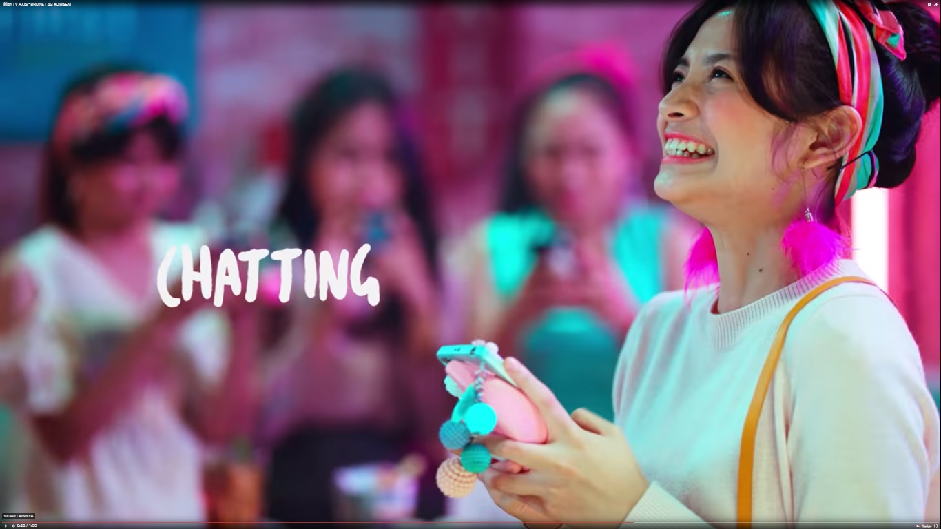 Yoeriche Endine dalam iklan Axis Bronet 4G Owsem cewek pakai bando