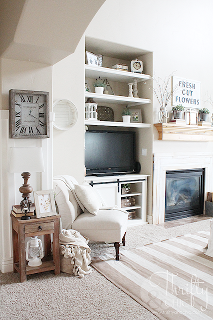 Modern farmhouse living room decor and decorating ideas. Spring decorating ideas. Fixer upper style living room decor. Cottage living room