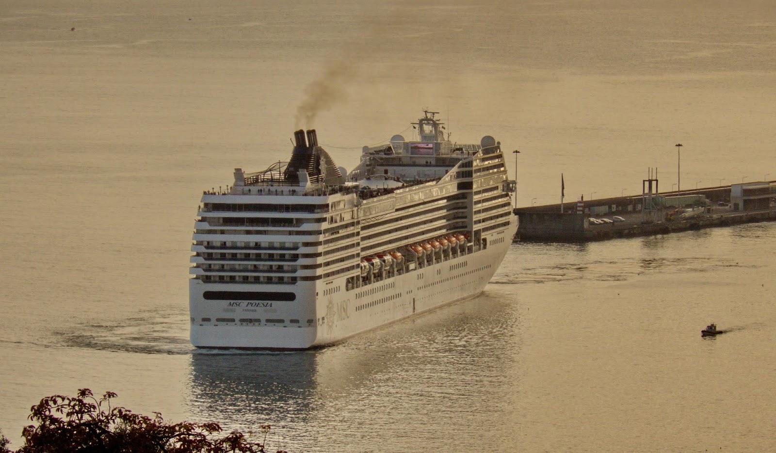MSC Poesia deixa a Madeira