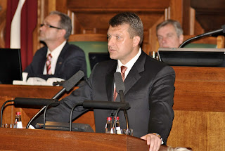 https://commons.wikimedia.org/wiki/File:Flickr_-_Saeima_-_Saeimas_3.novembra_%C4%81rk%C4%81rtas_s%C4%93de_(9).jpg