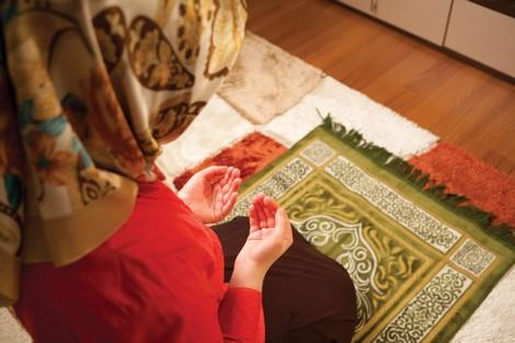 """تقرير: النساء يتمسكن بالصلاة لمواجهة ضغوط """"جائحة كورونا"""""""
