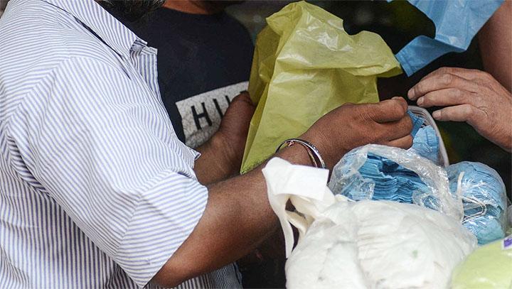 अमरोहा जिले में प्रतिबंधित पॉलीथिन को लेकर कार्रवाई, जुर्माना वसूला जा रहा