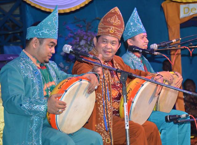 http://www.wisatakalimantan.com/2016/07/madihin-seni-budaya-banjar-kalimantan.html