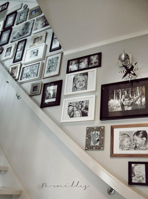 henge små bilder på vegg