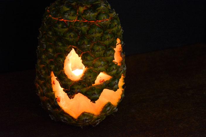 Carvar una piña para halloween