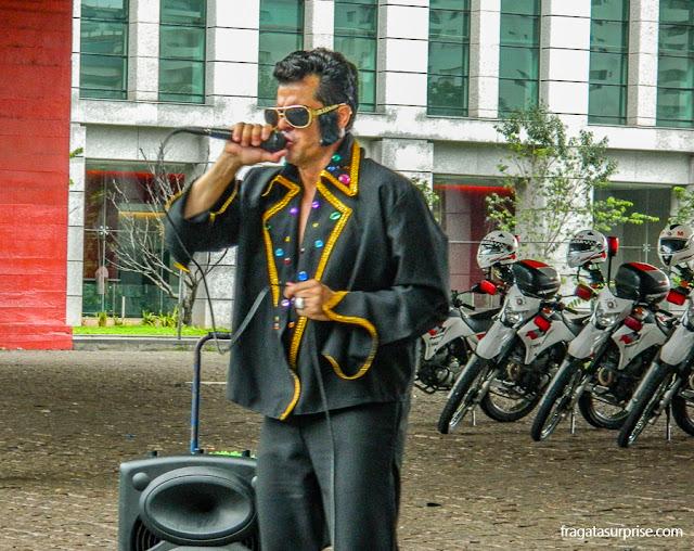 Sósia de Elvis Presley no vão livre do Masp, São Paulo