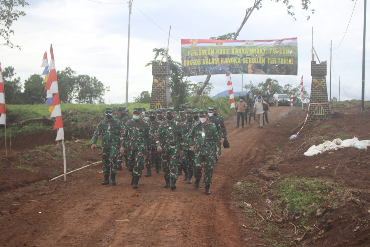 Karya Bakti TNI di Jasinga, Aster Kasad Serahkan Kunci Kepada 140 Warga Penerima Rutilahu
