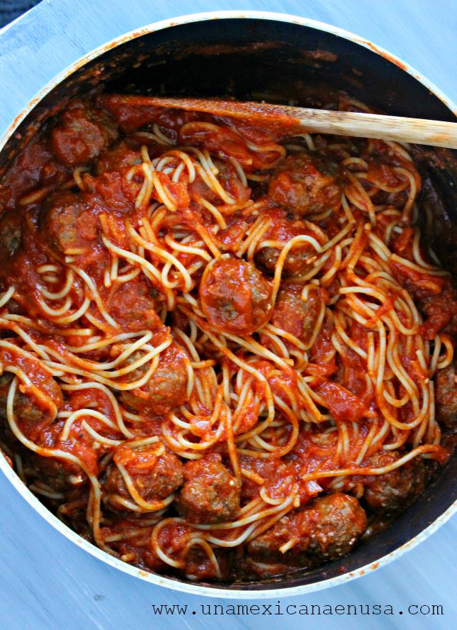 Espagueti en salsa de tomate con albóndigas by www.unamexicanaenusa.com