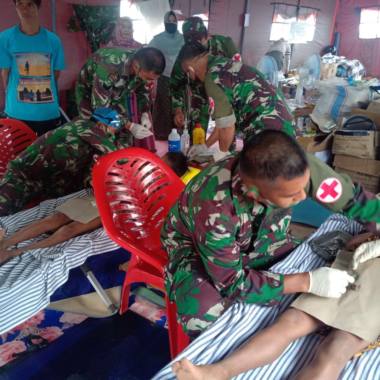 Kesehatan TNI AD Laksanakan Sunatan Di Pengungsian