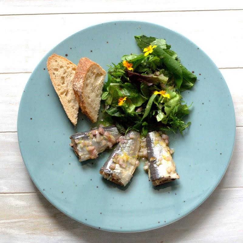 Dosen-Sardinen und Wildkräutersalat aus kochen von Stevan Paul