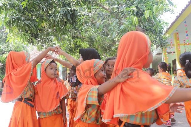 TK Dharma Wanita Dukumojo, Mojoagung Biasakan Bermain Permainan Tradisional