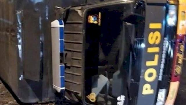 Ditabrak Sopir Mabuk, Truk Polisi Terbalik Sepulang Kawal Pemakaman Jenazah Covid-19