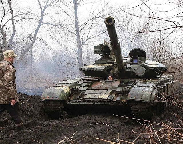 Tanque ucraniano mira separatistas pro-russos no Donbass