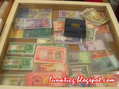 banknotes display