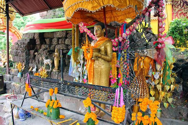 Statue di Buddha presso il tempio di Wat Si Muang