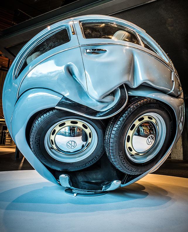 Autos VW comprimido en perfectas esferas y cubos por Ichwan Noor