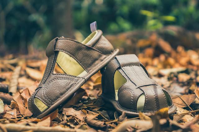 Sandália de couro para crianças pequenas