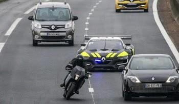 VIDEO: Το πιο ΓΡΗΓΟΡΟ περιπολικό, καταδιώκει μοτοσυκλέτα - Στο τέλος όμως...