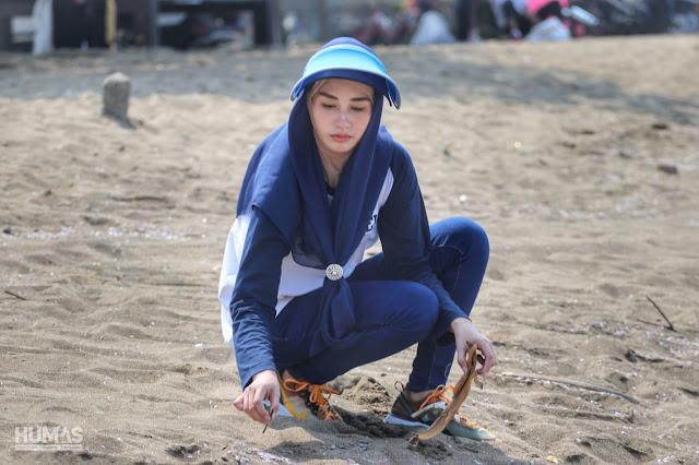 Bersih-Bersih Pantai Prigi, Novita Hardini Ajak Pengunjung Jaga Kebersihan Tempat Wisata