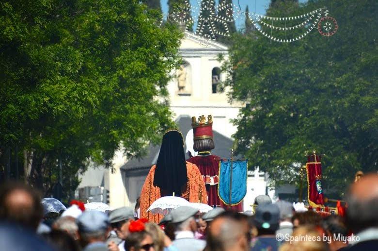 Fiestas San Isidro en Madrid マドリードでサンイシドロ教会に向かう行列