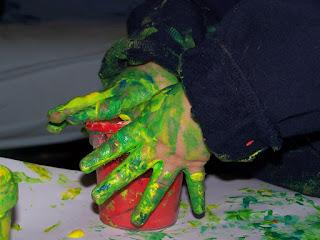 Permainan belajar untuk anak finger painting