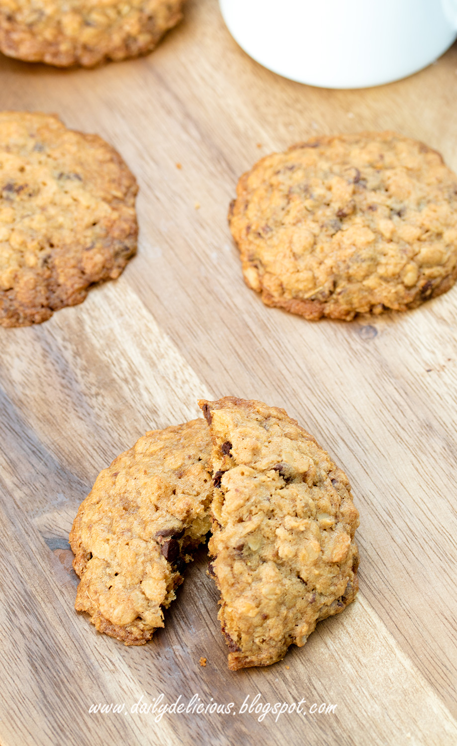 dailydelicious: Chocolate chip oatmeal cookies