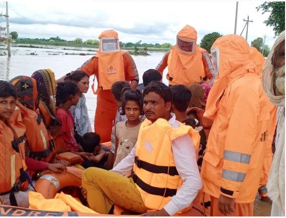 भीषण बाढ़ में फंसे एक परिवार की एनडीआरएफ टीम ने बचाई पांच जिंदगियां