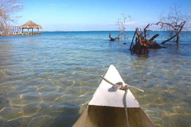 Ponto de partida do passeio de canoa pelo Mar do Caribe para vermos plânctons e mangues, na Isla Grande, em pleno Caribe Colombiano.