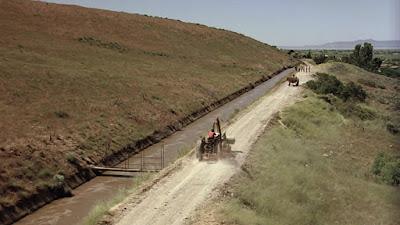 La escena del tractor, con el Holding Out For A Hero de Bonnie Tyler