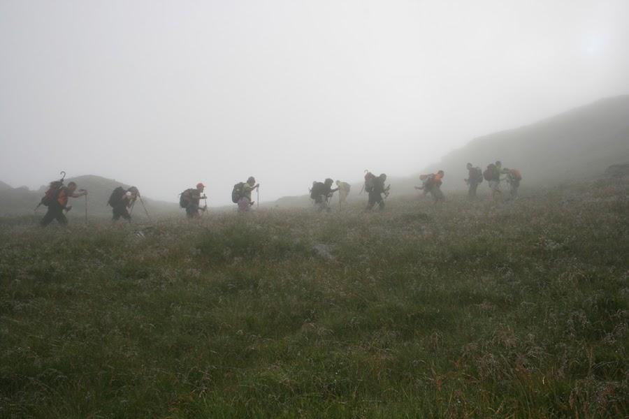 niebla-intensa-trekking-los-carpatos-rumania-enlacima